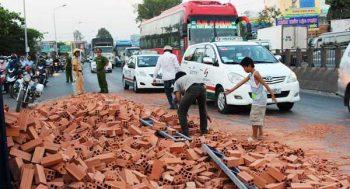 """Tai nạn xe tải chở gạch, người dân có """"hôi của""""?"""
