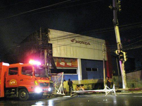 Nhà kho xe máy cháy rụi trong đêm