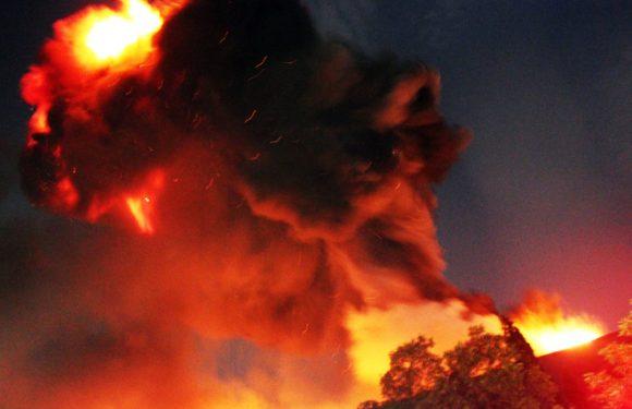 Hàng trăm lính cứu hỏa tranh đấu với đám cháy lớn