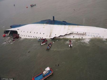 Vùng nước u ám chứa đầy khó khăn, nguy hiểm mà các thợ lặn cứu hộ phà phải đối mặt