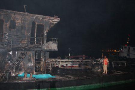 Sà lan bị thiêu rụi trong vụ cháy sà lan ít nhất đã khiến 2 người thiệt mạng