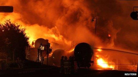 Trật đường ray tàu chở dầu phá hủy cả thị trấn