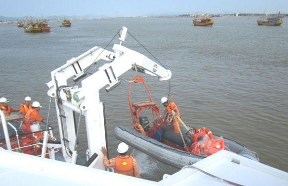 Áo phao cứu hộ là người đồng hành với các bạn trên biển
