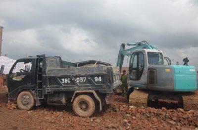 Bị đè chết khi nâng thùng xe tải để sửa