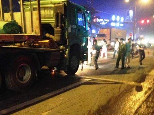 Chờ đèn đỏ, hai thanh niên bị container đâm tử vong